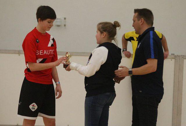 Hazel Engelen (OH Leuven) kreeg de trofee voor beste doelvrouw in het hoofdtornooi! Foto - (c) Vrouwenteam.be / Paul Dijkmans