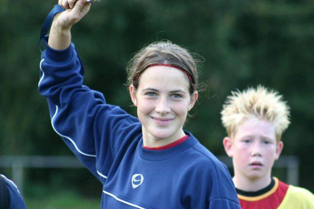 Imke Courtois in 2005 met Kevin De Bruyne op de achtergrond. Foto - (c) Koert Michiels
