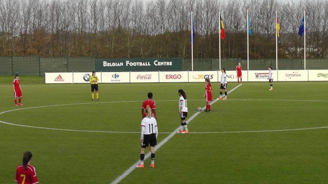 Jarne Teulings mag zo dadelijk de aftrap nemen voor de Belgian Red Flames U16 in Tubeke tegen Duitsland U15! Foto - (c) Vrouwenteam.be / MaMPict