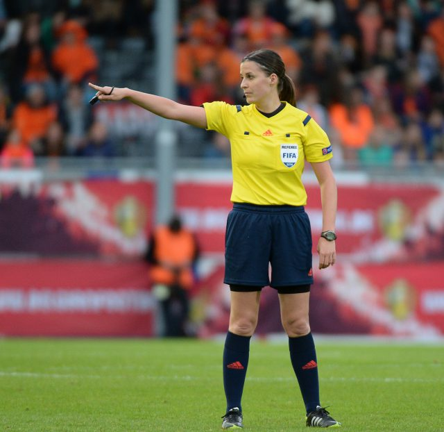De Hongaarse Katalin Kulcsar, hier op Den Dreef in Leuven, werd verkozen tot beste vrouwelijke scheidsrechter 2016! - Foto (c) Sportpix.be/David Catry