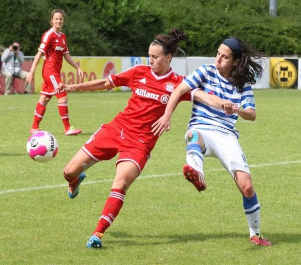 In de vrouwelijke Bundesliga is er altijd strijd om de bal met hier Viktoria Schnaderbeck (links) en Dolores Silva (rechts) - Photo Paul Dijkmans
