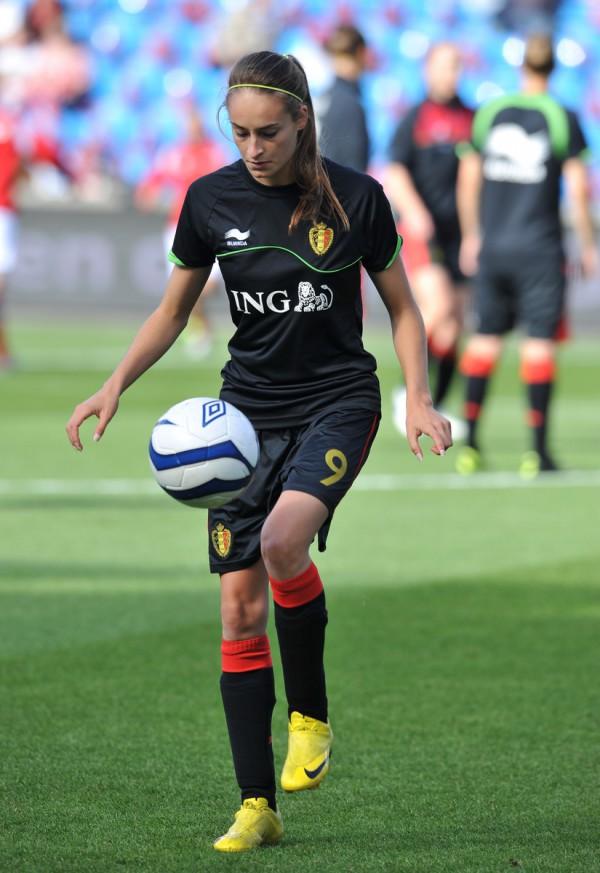 Tessa Wullaert, hier tijdens de opwarming van een wedstrijd met de Belgian Red Flames in Noorwegen, scoorde bij haar debuut in de vrouwelijke Bundesliga voor VfL Wolfsburg - Photo - DAVID CATRY